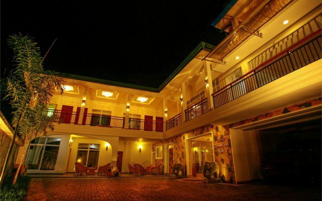 Hotel Travellers Nest вид на фасад