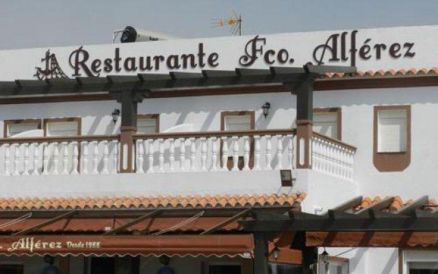 Отель Hostal El Alferez Испания, Вехер-де-ла-Фронтера - отзывы, цены и фото номеров - забронировать отель Hostal El Alferez онлайн вид на фасад