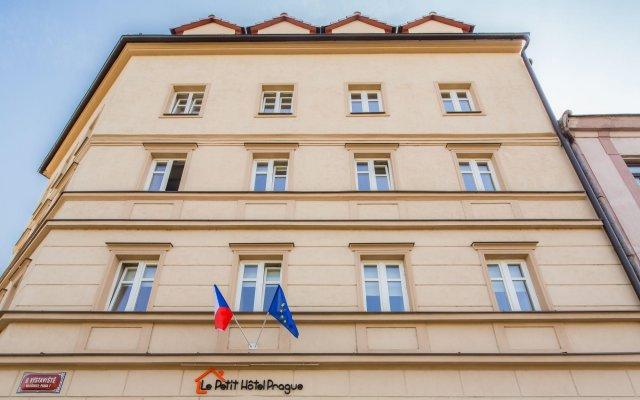 Отель Le Petit Hotel Prague Чехия, Прага - 9 отзывов об отеле, цены и фото номеров - забронировать отель Le Petit Hotel Prague онлайн вид на фасад