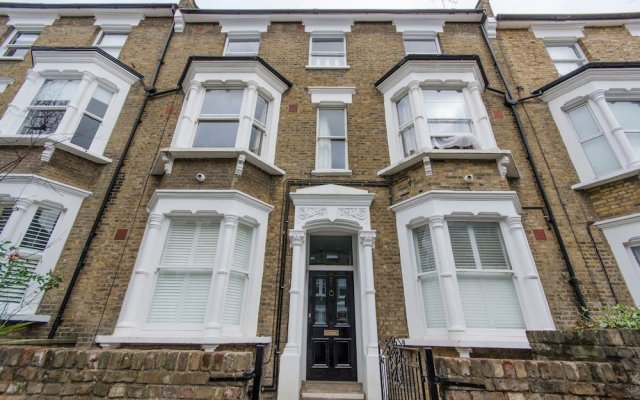 Отель 2 Bedroom Flat Near Hampstead Heath Лондон вид на фасад