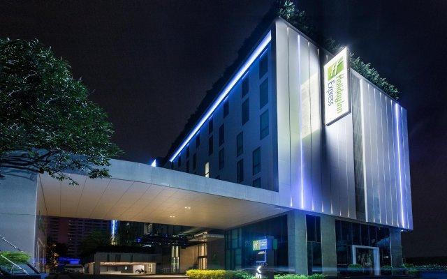 Отель Holiday Inn Express Bangkok Soi Soonvijai вид на фасад