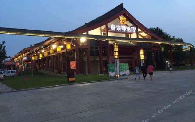 Отель Tangzonglong Hotel (Xi'an Qujiang Big Wild Goose Pagoda North Square Music Fountain) Китай, Сиань - отзывы, цены и фото номеров - забронировать отель Tangzonglong Hotel (Xi'an Qujiang Big Wild Goose Pagoda North Square Music Fountain) онлайн вид на фасад