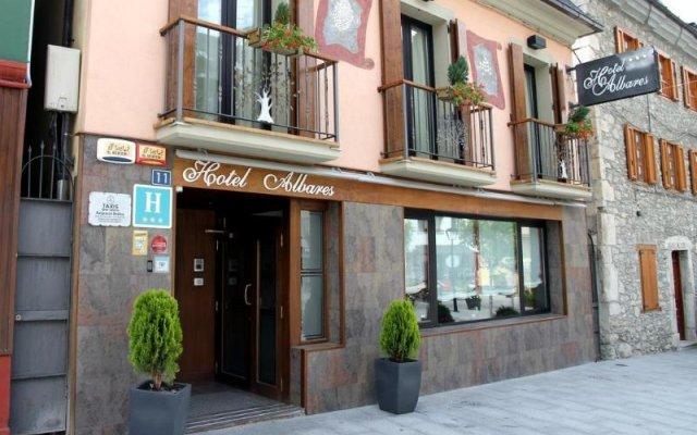 Отель Albares вид на фасад
