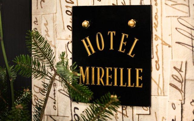 Отель Hôtel Le Mireille вид на фасад