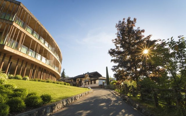 Hotel Der Waldhof Лана вид на фасад
