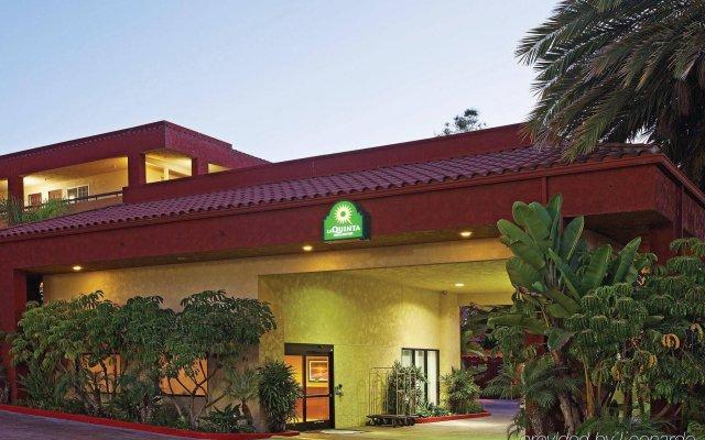 Отель La Quinta Inn & Suites San Diego SeaWorld/Zoo Area вид на фасад