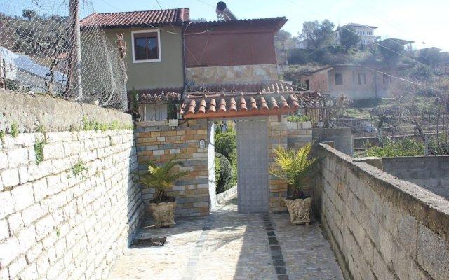 Отель Guest House Emiliano Албания, Берат - отзывы, цены и фото номеров - забронировать отель Guest House Emiliano онлайн балкон
