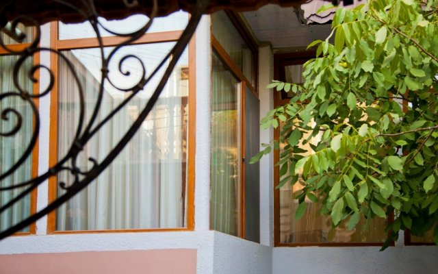 Отель Hin Yerevantsi вид на фасад