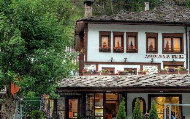 Отель Dragneva Guest House Болгария, Чепеларе - отзывы, цены и фото номеров - забронировать отель Dragneva Guest House онлайн вид на фасад