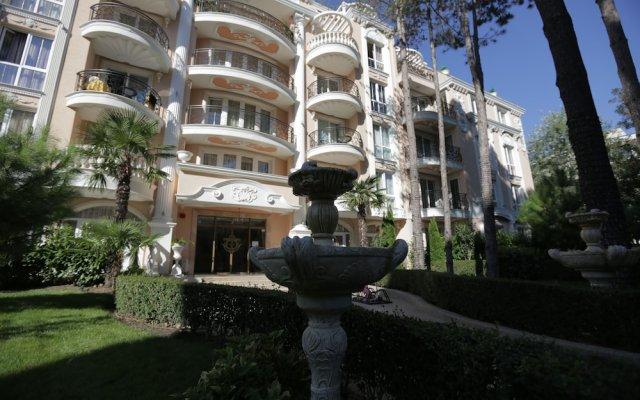 Апартаменты Luxury Apartment in Anastasia Palace вид на фасад
