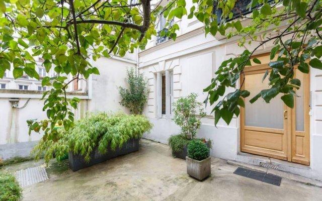Апартаменты Bright Studio in Paris 18th вид на фасад