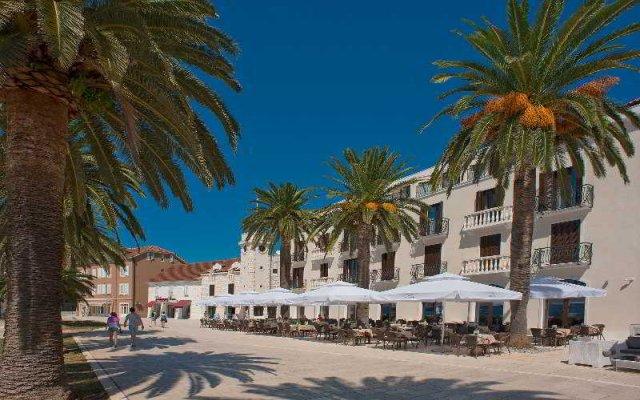 Отель Pine Черногория, Тиват - отзывы, цены и фото номеров - забронировать отель Pine онлайн вид на фасад