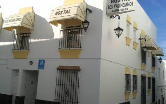 Отель Hostal Los Valencianos Испания, Кониль-де-ла-Фронтера - отзывы, цены и фото номеров - забронировать отель Hostal Los Valencianos онлайн вид на фасад