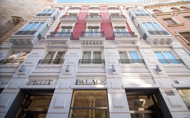 Отель Petit Palace Plaza de la Reina вид на фасад