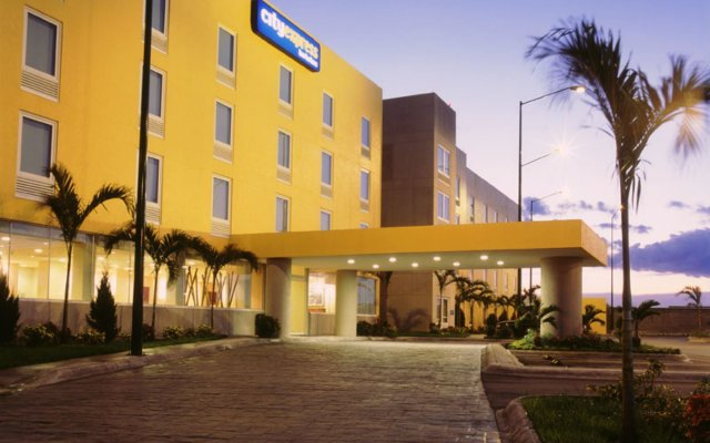 Отель City Express Nuevo Laredo Мексика, Нуэво-Ларедо - отзывы, цены и фото номеров - забронировать отель City Express Nuevo Laredo онлайн вид на фасад