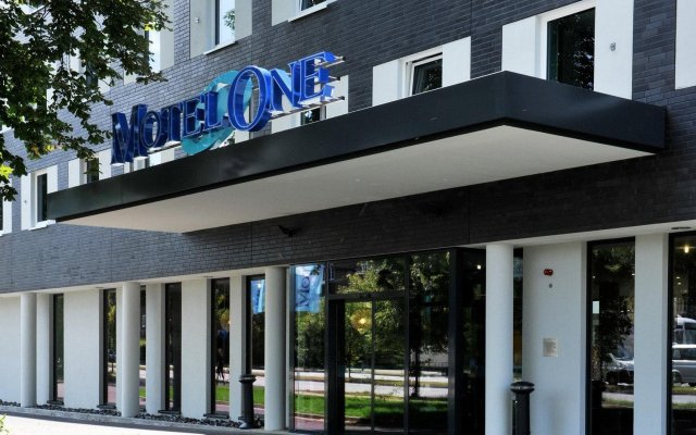 Отель Motel One Hamburg Airport Гамбург вид на фасад