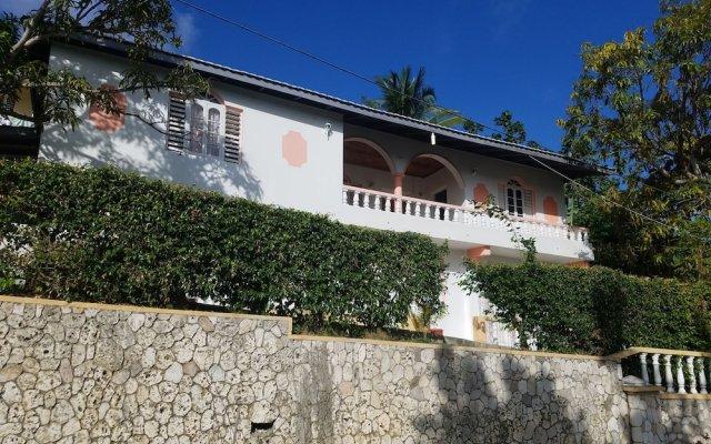 Отель The Cozy Family Inn Guesthouse Ямайка, Порт Антонио - отзывы, цены и фото номеров - забронировать отель The Cozy Family Inn Guesthouse онлайн вид на фасад