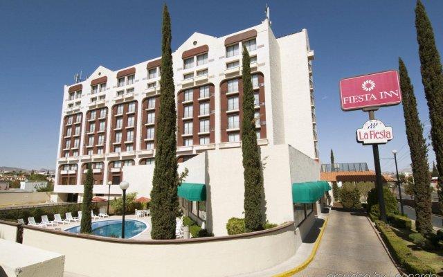 Отель Fiesta Inn Chihuahua вид на фасад