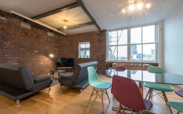 Апартаменты 2 Bedroom Loft Apartment With City View комната для гостей