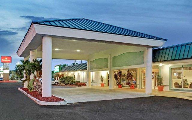 Отель Ramada Waterfront Sarasota вид на фасад