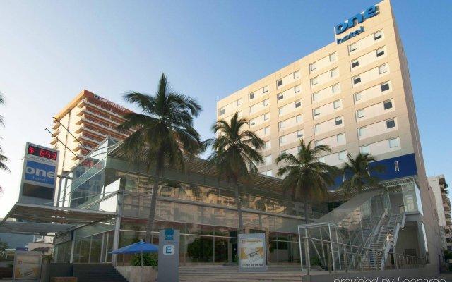 Отель One Acapulco Costera вид на фасад