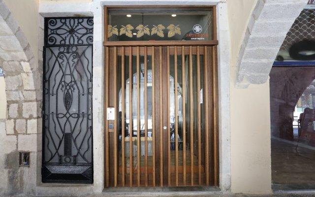 Отель Apartaments Plaça del Vi вид на фасад
