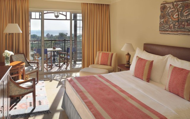 Отель Movenpick Resort & Residences Aqaba вид на фасад