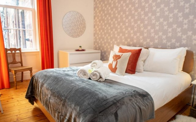 Отель Charming 2-bedroom apt in the Heart of West End Глазго комната для гостей