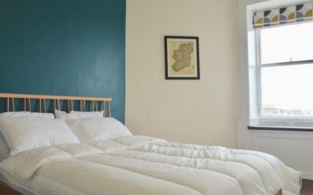 Отель Stylish 2 Bedroom Apartment In Great Location Великобритания, Эдинбург - отзывы, цены и фото номеров - забронировать отель Stylish 2 Bedroom Apartment In Great Location онлайн комната для гостей