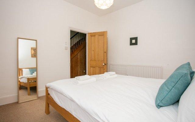 Отель 3 Bedroom Flat In Highbury комната для гостей