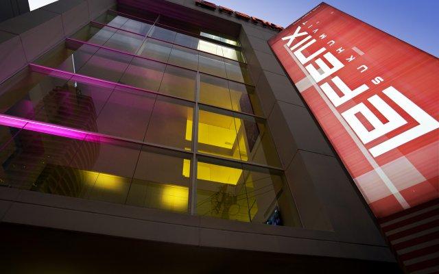 Отель Le Fenix Sukhumvit вид на фасад