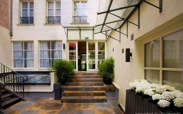 Отель Le Bellechasse St Germain Париж вид на фасад