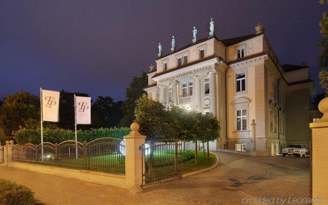 Отель Platinum Palace вид на фасад