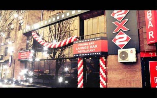 2x2 Cinema-Bar Hotel & Tours вид на фасад