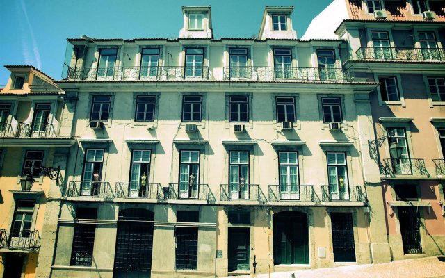 Отель Hall Chiado вид на фасад