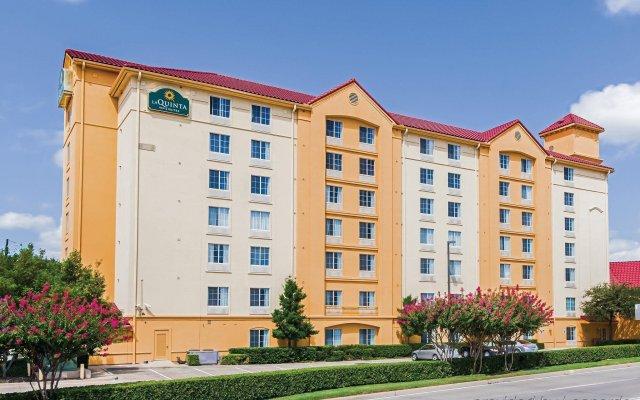 Отель La Quinta Inn & Suites Dallas North Central вид на фасад