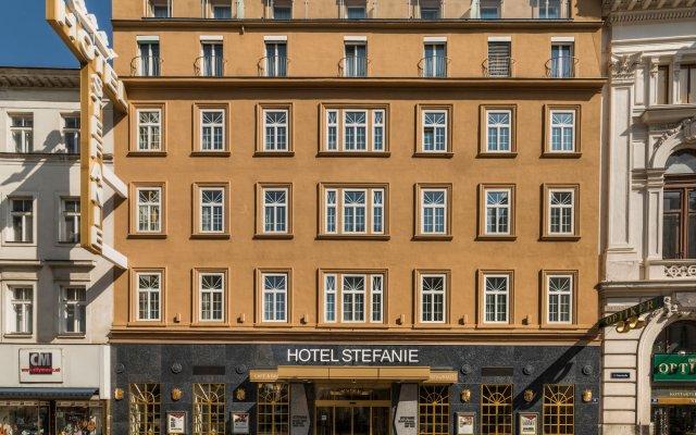 Hotel Stefanie вид на фасад