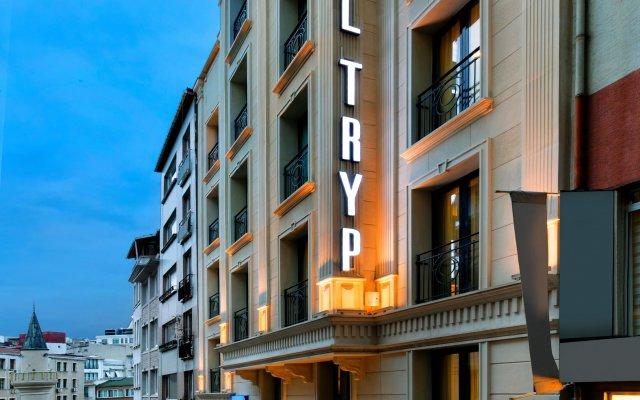 Отель TRYP by Wyndham Istanbul Taksim вид на фасад