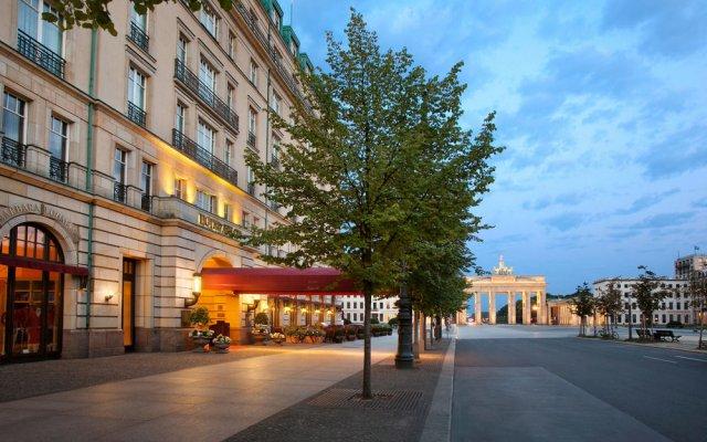 Отель Adlon Kempinski вход в здание