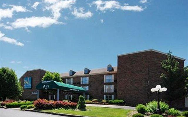 Отель Quality Inn & Suites North Колумбус вид на фасад