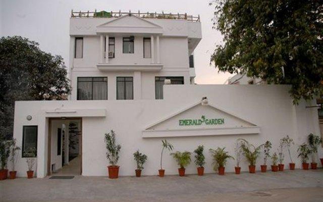 Отель Emerald Garden вид на фасад