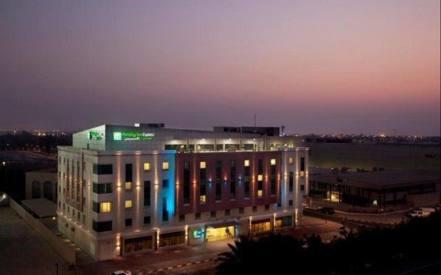 Отель Holiday Inn Express Dubai Safa Park ОАЭ, Дубай - 5 отзывов об отеле, цены и фото номеров - забронировать отель Holiday Inn Express Dubai Safa Park онлайн вид на фасад