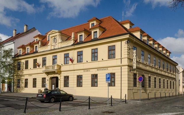 Hotel Hejtmanský Dvůr Сланы вид на фасад