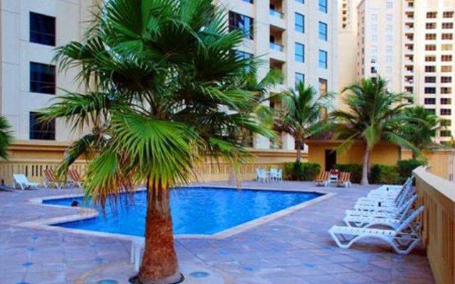 Отель Vacation Holiday Homes - Jumeirah Beach Residences бассейн