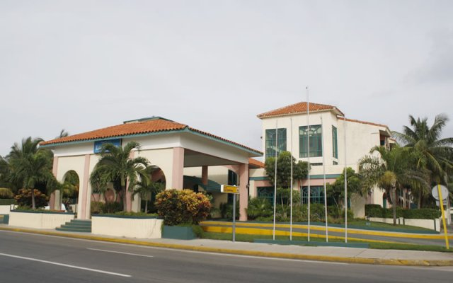 Отель Islazul Los Delfines вид на фасад