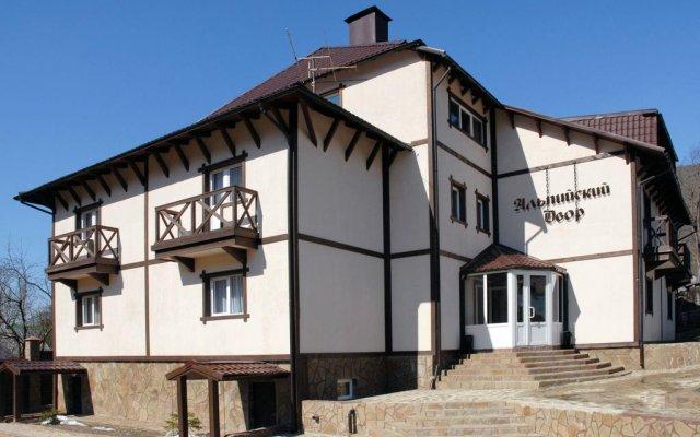 Гостиница Альпийский двор вид на фасад
