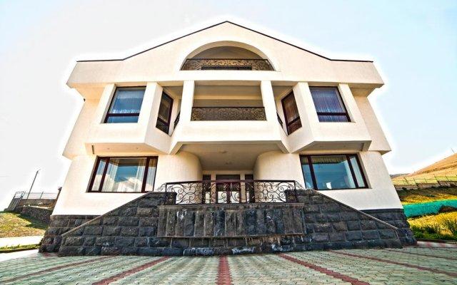 Отель Cross Sevan Villa вид на фасад