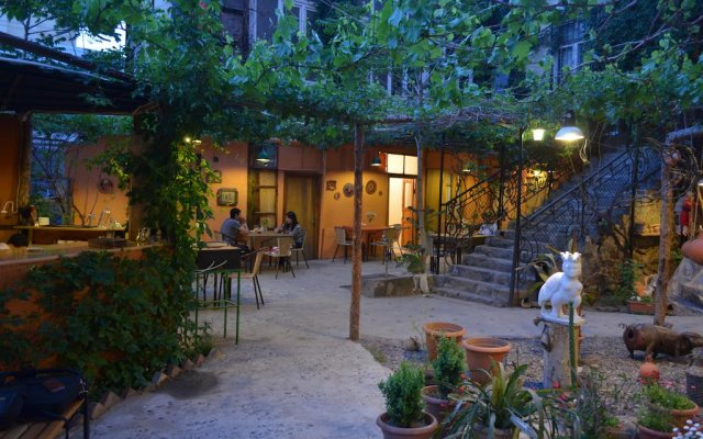Travelers Hostel вид на фасад
