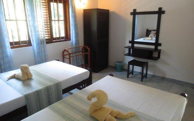 Отель Jungle Holiday Home Хиккадува комната для гостей