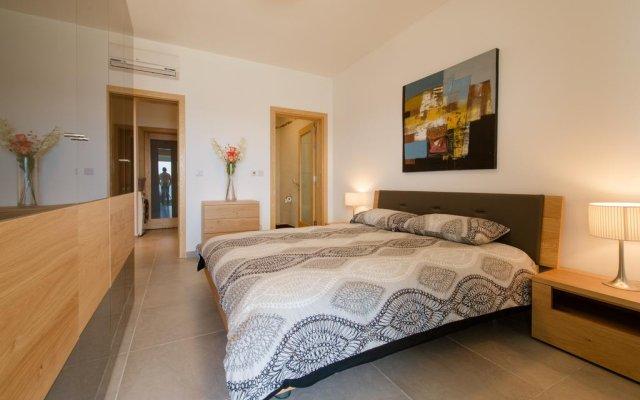 Отель Seafront Apartment Sliema Мальта, Слима - отзывы, цены и фото номеров - забронировать отель Seafront Apartment Sliema онлайн комната для гостей